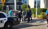 Un anciano es evacuado del Hollywood Hills Nursing Home.
