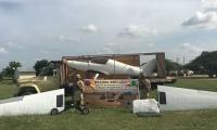 Avioneta transportada en camión.