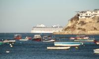 El crucero de la línea Oceania Cruises saliendo del Puerto.