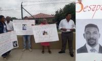 Los familiares de Jolin Martínez se apostaron en las afueras del batallón Córdova.