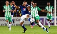 Jhon Duque de Millonarios disputa el balón con Andrés Rentería de Nacional.