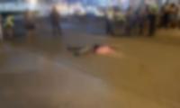 El cuerpo quedó tendido en la carretera.