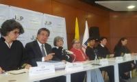 El Fiscal Néstor Humberto Martínez junto a las autoridades de la JEP.