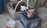 El agua que sale de los tubos es de alcantarilla.