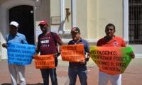 Los obreros exigen el pago por su trabajo.