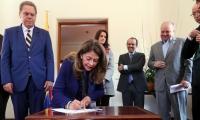 La vicepresidente Marta Lucía Ramírez firma el pacto ante la vista de varios dirigentes deportivos.