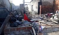 La casa del presunto agresor se consumió en llamas.