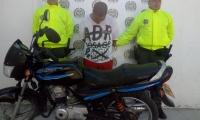 Capturan hombre que se movilizaba en motocicleta hurtada