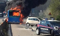 Chofer de bus escolar lo incendia para aparentemente quitarse la vida, en Italia