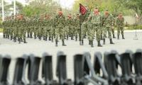 Entrega de armas a contingente de soldados.