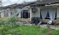 Los explosivos causaron daños en los techos y ventanas de las casas fiscales.
