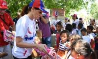 La gobernadora Rosa Cotes entregó regalos a los niños.