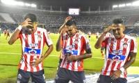 Luis Narváez celebrando el gol con Luis Díaz y James Sánchez.