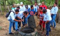 La comunidad en compañía de la comisión departamental realizaron un recorrido por el pueblo en el que se revisaron algunas casas donde estaba fallando el sistema.
