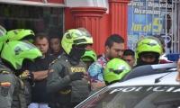 Momento en que los policías detuvieron a la persona en el Royal Plaza.