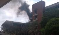 Así se ve el humo que sale del último piso del Bloque D.