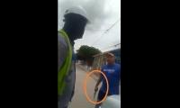 Momento en que un hombre amenaza a operario de Electricaribe, ocurrido el pasado martes.