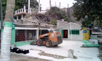 Demolición de restaurante en sector de Mi Ranchito.