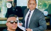 Esta foto se la tomó Elkin López (gafas) con su abogado Álex Fernández, cuando viajaron a Bogotá a notificar su disposición ante las autoridades.