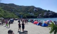 Las playas de Taganga están llenas de turistas y no hay donde parquear vehículos.