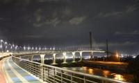 Así luce el puente Pumarejo (nuevo), con la mitad de la luminaria apagada.