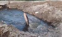 Así circulan las aguas negras en la Ebar de Zuca. El daño es gravísimo.