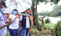 La alcaldesa Virna Johnson visita la zona afectada.