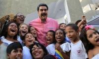 Nicolas Maduro y niños venezolanos.
