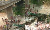 El conductor se cayó del puente a bordo de la tractomula; las personas de la comunidad cargaron con parte del arroz que transportaba.