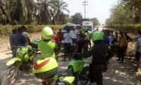 Con palos y alambre púa cerraron la entrada de Algarrobo.