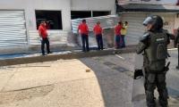 El grupo de jóvenes partieron los vidrios del supermercado Olímpica.
