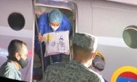 Valeria Guerrero descendiendo del avión para reencontrarse con su familia.