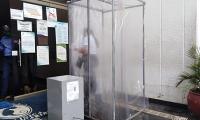 Las cámaras de desinfección fueron instaladas en las entradas de hospitales y otras entidades.