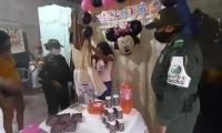 La niña estuvo muy feliz durante su celebración.