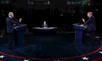 Joe Biden (izq) y Donald Trump (der) durante el debate televisado de la noche del martes.