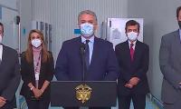 Presidente Duque durante su visita a ultracongeladores de vacunas contra la Covid-19.