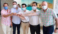 Al finalizar el primer Consejo Directivo del Pacto Cesar - La Guajira, alcaldes firmantes junto a los gobernadores del Cesar y La Guajira, estrecharon sus manos junto a Luis Alberto Rodríguez, director del Departamento Nacional de Planeación.