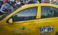 El taxi recibió más de 20 impactos de bala.