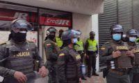Autoridades custodiando Credi JR, uno de los almacenes vandalizados.