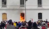 Momento en que prendían en llamas la Alcaldía de Popayán.