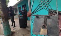 La Policía forzó la reja de la vivienda para ingresar.