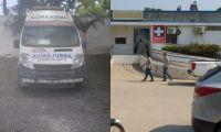 Una de las ambulancias está archivada en el patio del hospital.