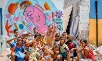 El colorido mural que rinde homenaje a la manatí fue pintado por Valery Artt