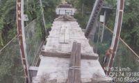 Momento en que el tren cruzaba por el puente.