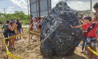 Expertos se acercaron al lugar y tomaron muestras de la piedra.