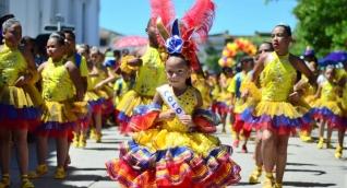 Los asistentes disfrutaron de un desfile lleno de alegría, color, baile y emociones.