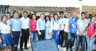 Alcalde con estudiantes durante el evento.
