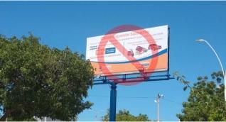 Esta valla publicitaria ubicada cerca al Estadio Eduardo Santos publicita los descuentos que ya no hacen.