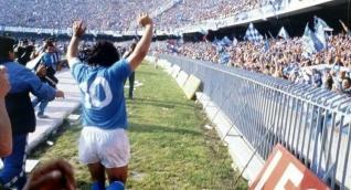 Maradona en un partido con el Nápoli.