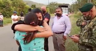 Abrazo entre la hermana de Juliana Giraldo Galvis y la madre del soldado que la mató.